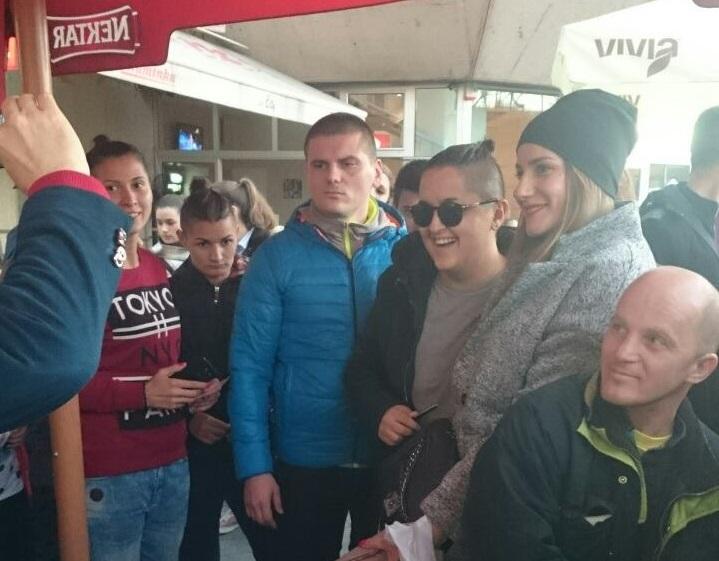 Marija Šerifović poklanjala majice na Trgu Krajine