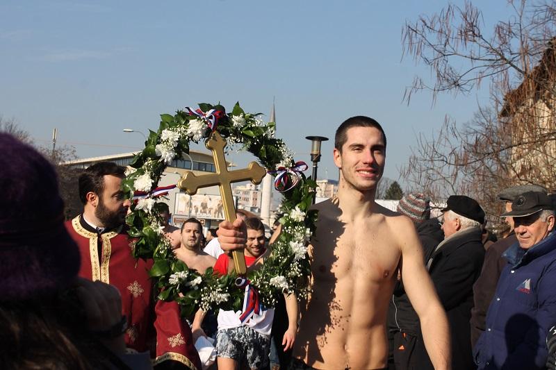 Aleksa Jošić prvi doplivao do Časnog krsta (FOTO)