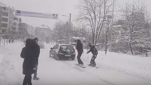 Banjaluka: Ulice su pretvorene u staze za snoubord (VIDEO)