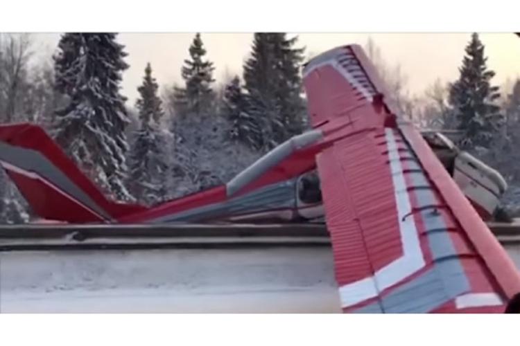 Pilot zaboravio na gorivo, pa sletio na auto-put (VIDEO)