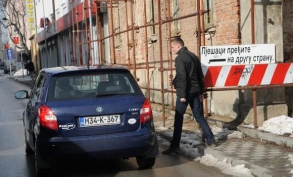 Fasade u gradu ugrožavaju bezbjednost pješaka?