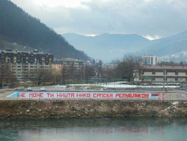 Foča: Postavljen transparent dug 50 metara