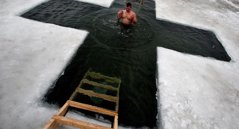 Kupanje na Bogojavljenje na minus trideset (FOTO)