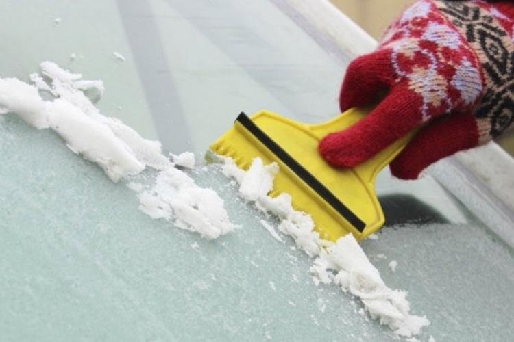 Pomoću ovog genijalnog trika otopite led sa stakla u sekundi