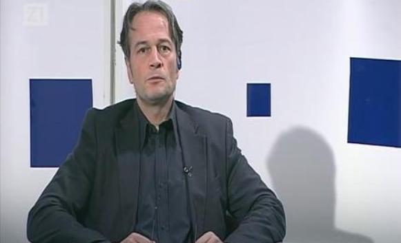 """Voditelj emisije na hrvatskoj televiziji """"Z1 TV"""" Marko Jurič šokirao je javnost govorom mržnje, kada je u odjavi emisije upozorio gledaoce da budu oprezni kada prolaze Cvjetnim trgom u Zagrebu jer je tamo pravoslavna crkva u kojoj su """"četnici koji mogu nauditi njima i majkama sa djecom"""".  """"Dakle, dragi moji Zagrepčani, kad se šetate Cvjetnim trgom, pogotovo majke sa djecom, pripazite da ne bi neki od tih četničkih vikara istrčao iz crkve i malo, u maniru svojih najboljih klanja, izveo svoj krvavi pir na našem najljepšem zagrebačkom trgu"""", rekao je Jurič, koji vodi emisiju """"Markov trg"""".  Jurič je još predložio da bi, možda, bilo dobro da se to mjesto obilježi tablama na kojim bi pisalo: """"Pazi, oštar četnik u blizini!"""", prenio je Sputnjik.  """"Poruka dragim Zagrepčanima, svima onima koji se šeću Cvjetnim trgom – budite oprezni jer je u blizini Crkva u kojoj stoluje, da parafraziram jednog srpskog ministra, četnički vikar"""", rekao je Jurič koji je angažovan u sekretarijatu novoosnovanog udruženja hrvatskih novinara i publicista.  Zbog posljednjih Juričevih izjava i širenja mržnje, glavni urednik TV """"Studenta"""", poznati filmski reditelj i novinar Igor Mirković, objavio je na svom """"Fejsbuk"""" profilu da je protiv voditelja podnio prijavu zbog širenja mržnje."""
