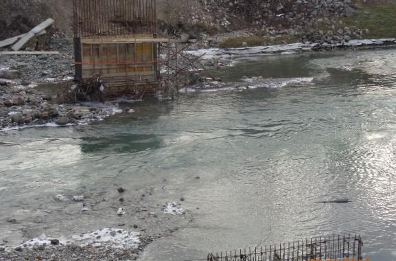 Česma: Zbog niskih temperatura i visoke vode obustavljena gradnja mosta