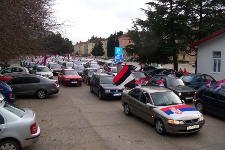 U koloni automobila u Trebinju slavili Dan RS