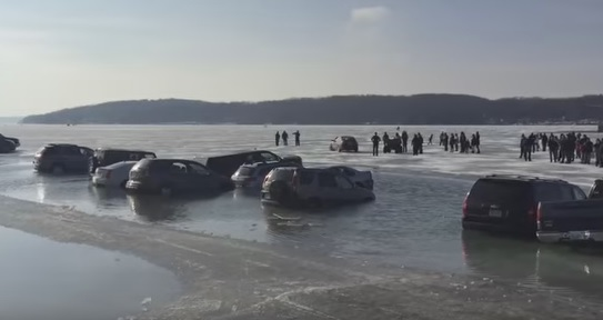VIDEO: Parkirali na led pa im automobili propali u jezero