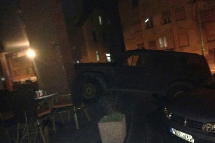 Banja Luka: Parkirali džipa na stepenice Uprave za indirektno oporezivanje
