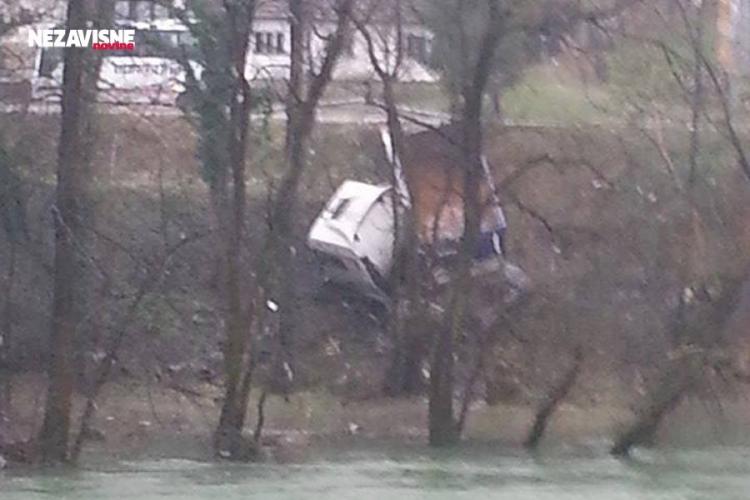 Kamion sletio s puta, pad u Vrbas zaustavilo drveće (FOTO)