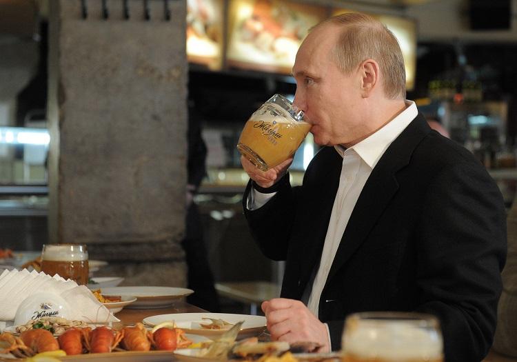 Putin pije pivo