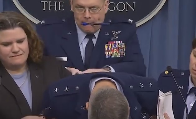 VIDEO: Američki general se onesvijestio tokom pres konferencije