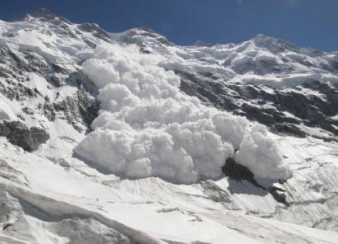 Pet osoba poginulo u lavini