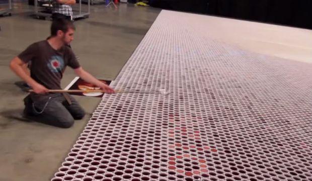 Poredao je 66 000 čaša punih vodom. Kada je odzumirao kameru, ostali smo bez daha! (VIDEO)