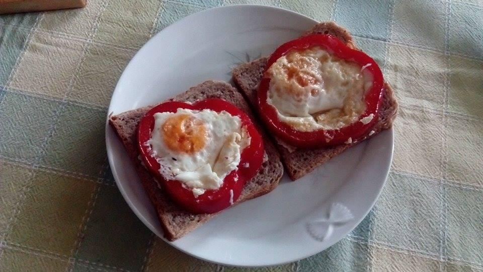 Pripremali smo pržena jaja u kalupu od paprike