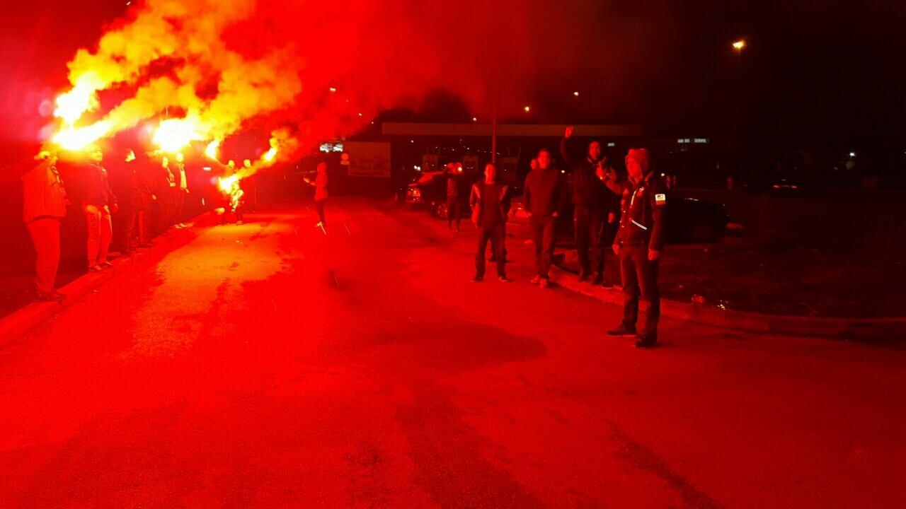 Grobari iz Laktaša dočekali svoje ljubimce na autoputu u Trnu (FOTO)