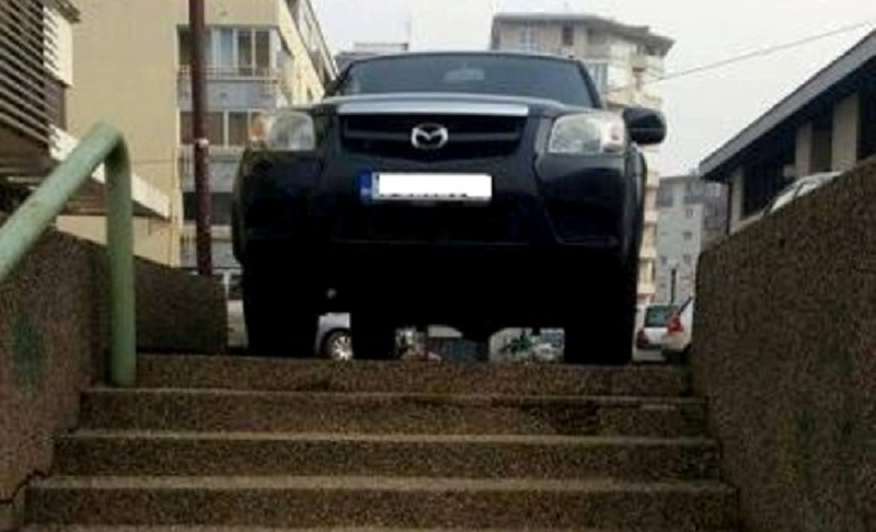 Banja Luka: Vozač automobilom zagradio stepenice (FOTO)