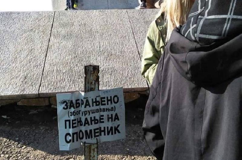 Banjalučani i penjanje na spomenik: Šta bi tek bilo da nema zabrane? (FOTO)