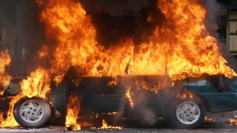Dva automobila izgorjela, a nekoliko oštećeno