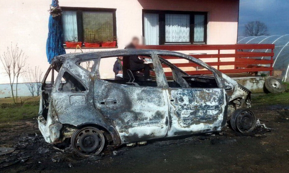 Benzinom polili i zapalili mercedes