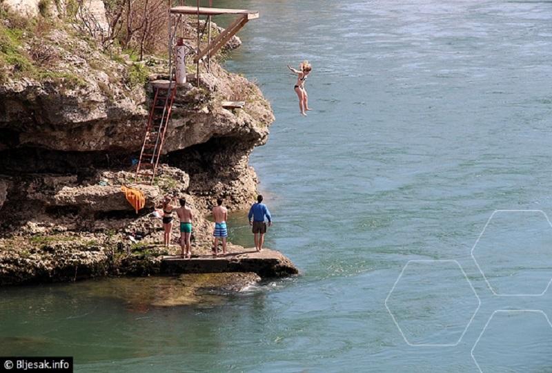 Mostar: Već se kupaju u Neretvi