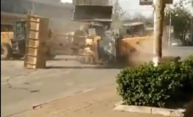 Radnici se tukli buldožerima (VIDEO)