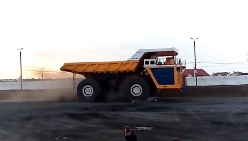 Pogledajte šta se dešava s putničkim automobilom kada preko njega pređe 450-tonski BelAZ (VIDEO)