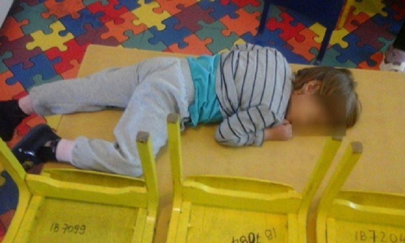 Banja Luka: Sina zatekla kako spava na stolu u vrtiću