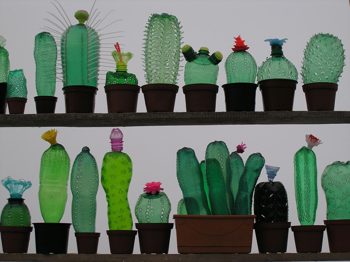 """Kreativna strana reciklaže: Umjetnica pravi """"cvjeće"""" od plastičnih flaša (FOTO)"""
