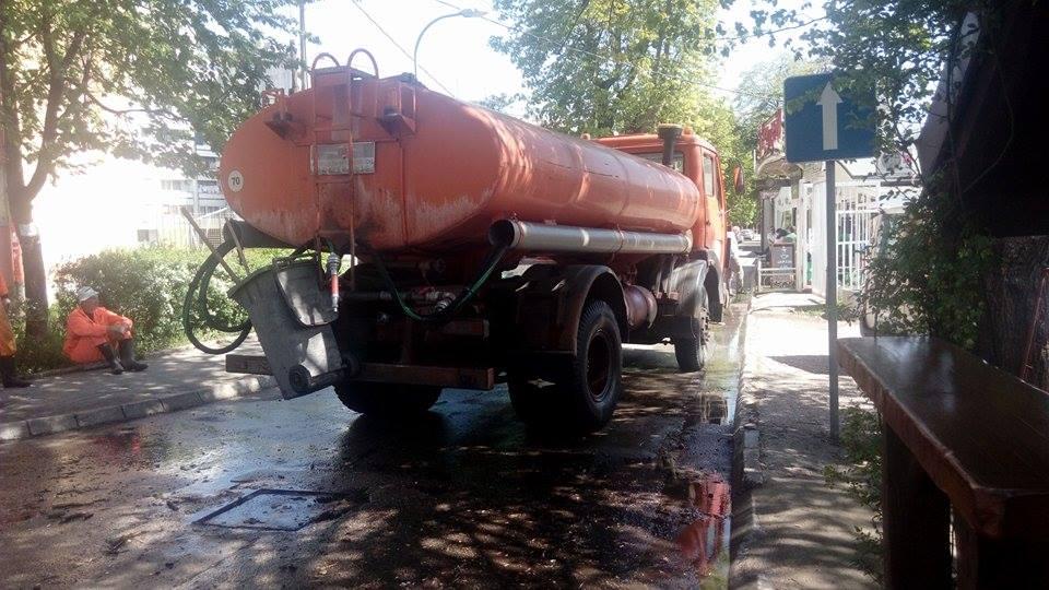 Gužva u Ulici Save Kovačevića: Cisterna blokirala saobraćaj (FOTO)