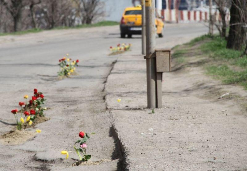 U Kuljanima i Česmi nabavljaju sjemena: Kreativno rješenje za rupe na putevima (FOTO)
