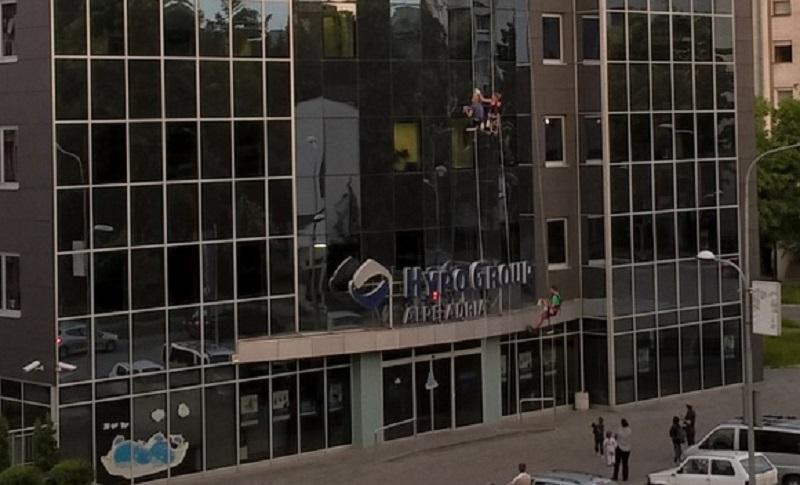 """Banja Luka: Perači prozora """"vise"""" sa fasade"""