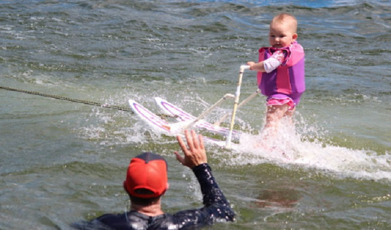 Šestomjesečna beba skija na vodi i obara rekorde (VIDEO)