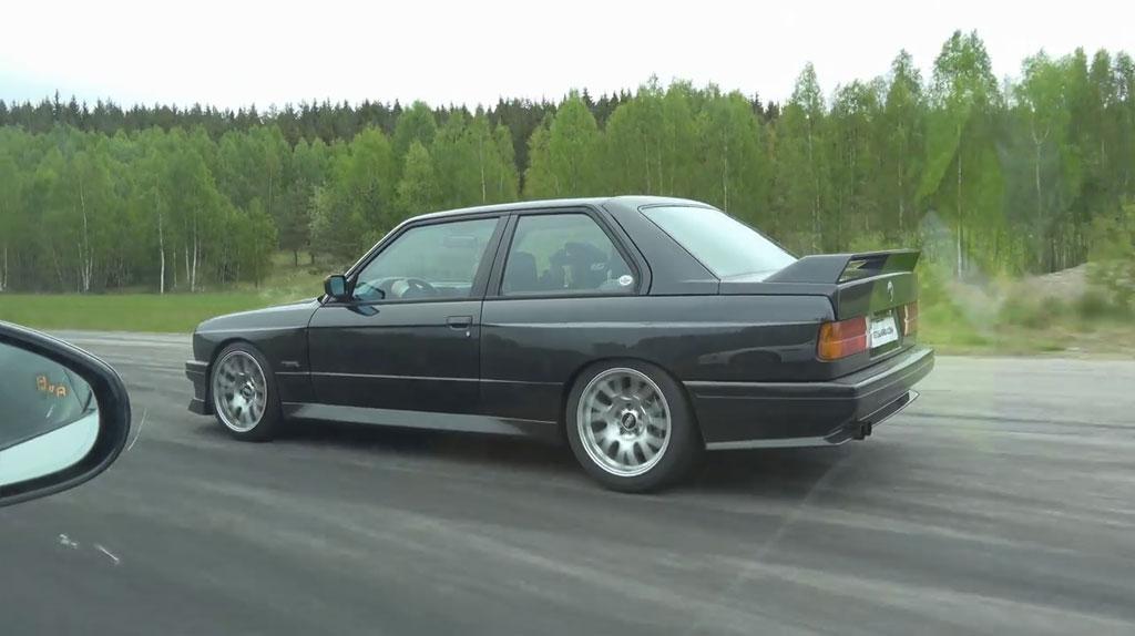 Kultni BMW M3 E30 star tridesetak godina pokazao zube Jaguaru F-Type R snažnom 550 KS (Video)
