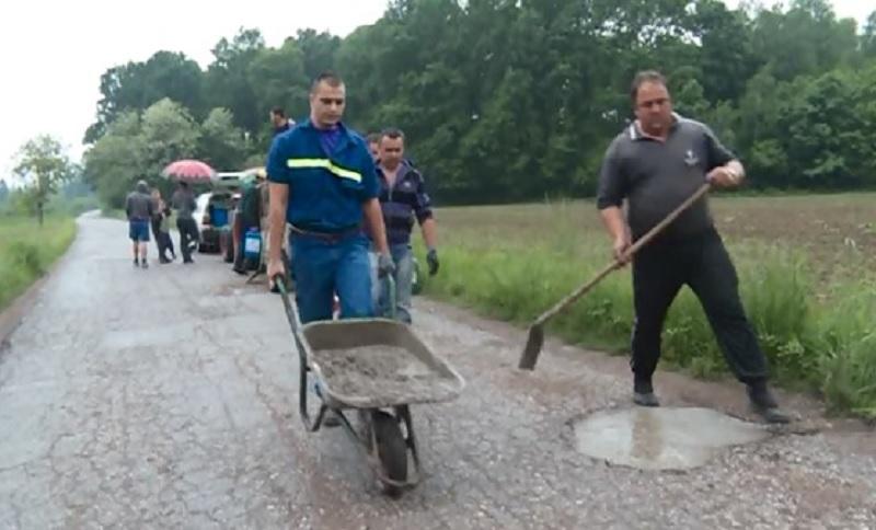 Šeškovci kod Laktaša: Mještani sami renoviraju cestu