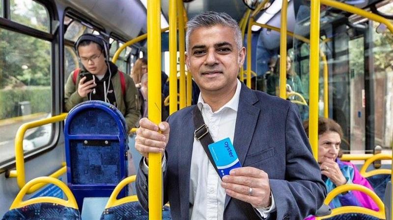 Gradonačelnik Londona na posao stigao autobusom