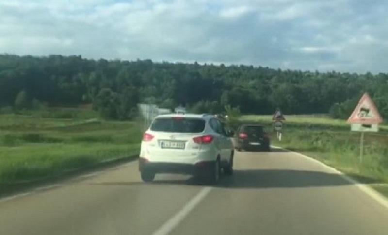 Poslanik vozilom divljao na magistralnom putu (VIDEO)