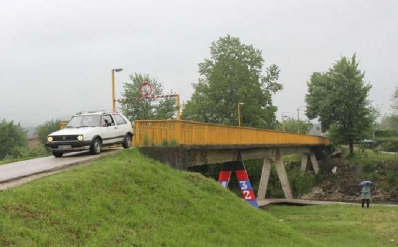 Đaci rizikuju prelazeći preko oštećenog mosta u Vrbanji