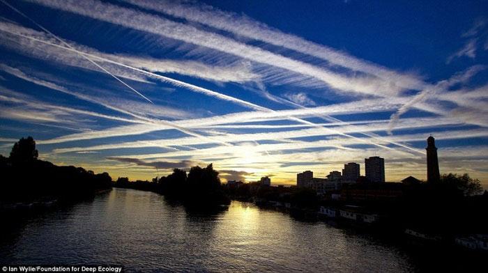 10. Chemtrails tragovi iznad Londona.