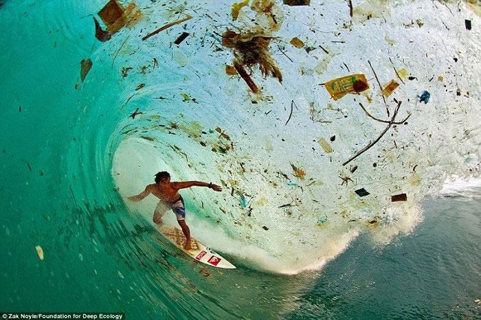 18. Indonezijski surfer Dede Surinaya jaše talas prljavštine i smeća (Java, Indonezija).