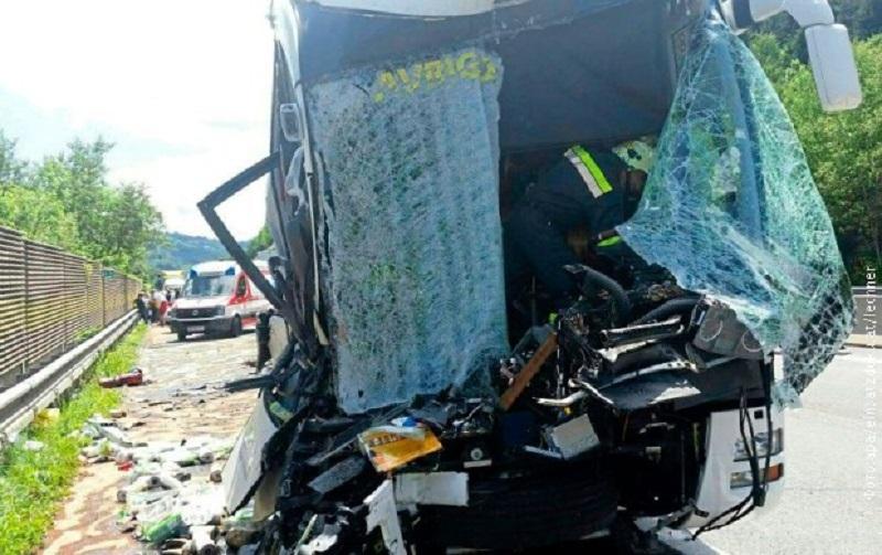 Slovenački autobus udario u kamion, 40 povređenih
