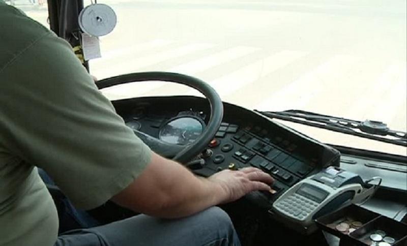 Ovaj vozač autobusa radi sve što za volanom ne bi smio (VIDEO)