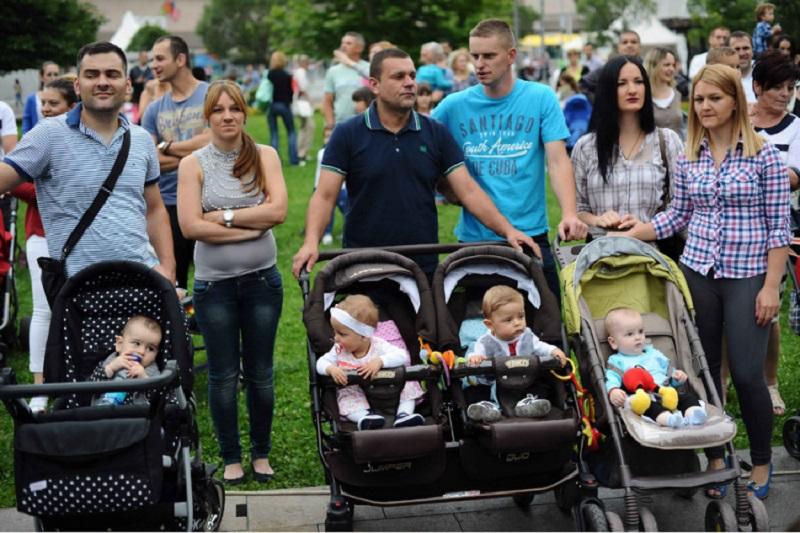 Bebe zaustavljaju saobraćaj u centru Banjaluke