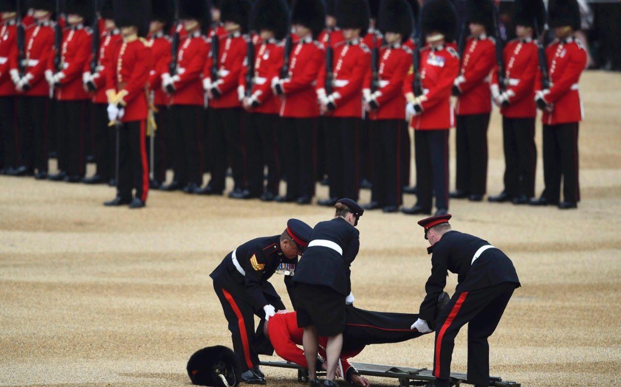 London: Vojnik se onesvijestio na proslavi kraljičinog rođendana