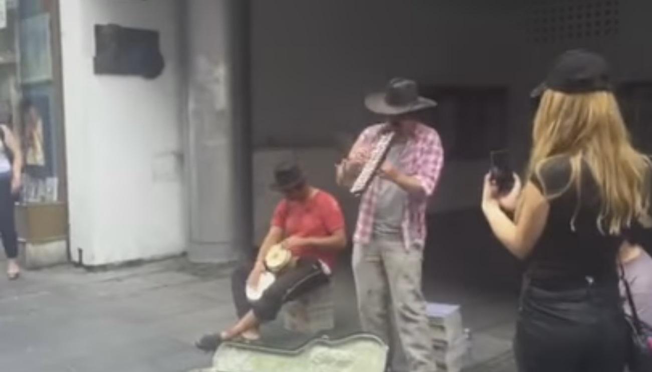 Vlado Georgiev prerušen u beskućnika svirao u Knez Mihailovoj (VIDEO)