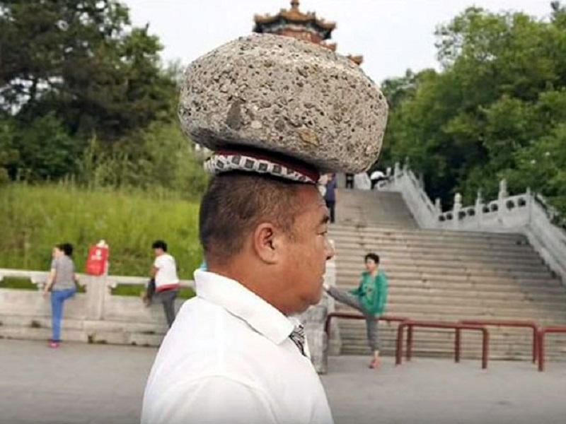 Četiri godine na glavi nosi kamen od 40 kilograma da bi smršao (VIDEO)