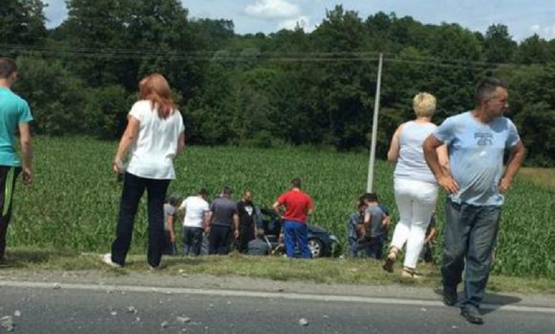 Banjaluka: Vozilom udarili u stub, prolaznici spasavaju povrijeđene (FOTO)