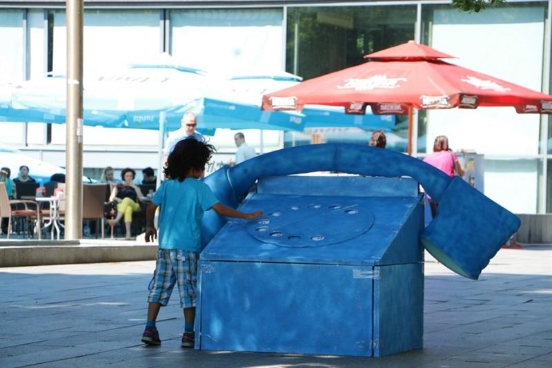 Banja Luka: Veliki plavi telefon u centru koji nas podsjeća savjetodavnu liniju za djecu i mlade