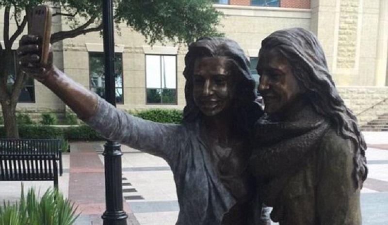 Podignuta prva statua u čast selfija (VIDEO)