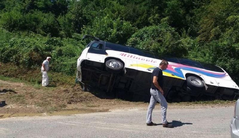 Udes kod Dervente: Povrijeđen vozač autobusa iz Banjaluke, 14 putnika prošlo bez povreda